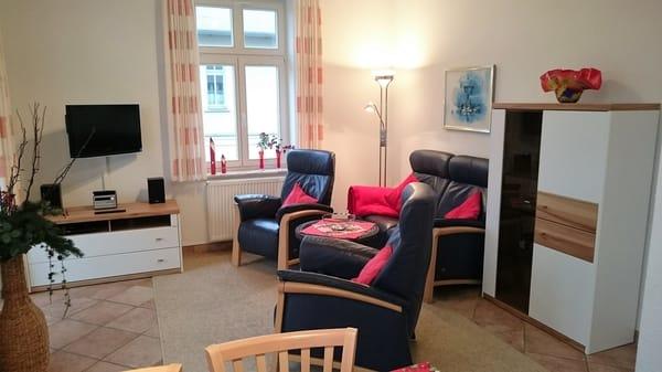 Gemütliches Wohnzimmer mit hochwertigem neuen Mobiliar