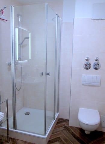 Bad: Echtglas-Duschkabine, flache Duschwanne mit niedrigem Einstieg