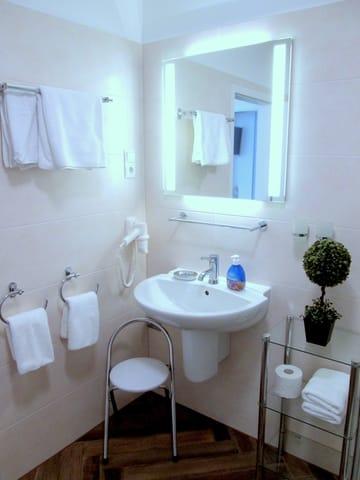Nochmal Bad: Fliesenboden in Holzoptik - allergikerfreundlich wie die gesamte Wohnung