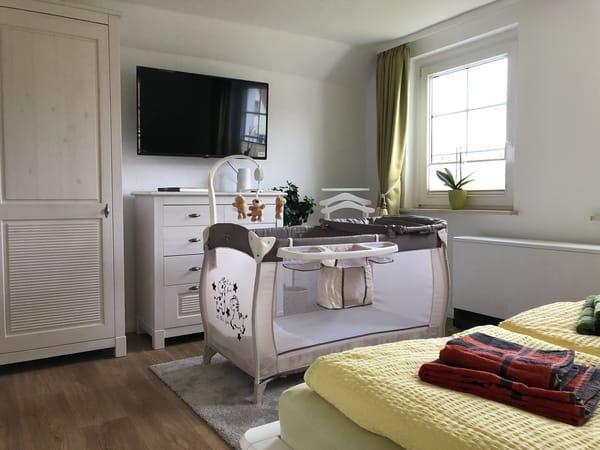 Großes Schlafzimmer mal mit Babybett