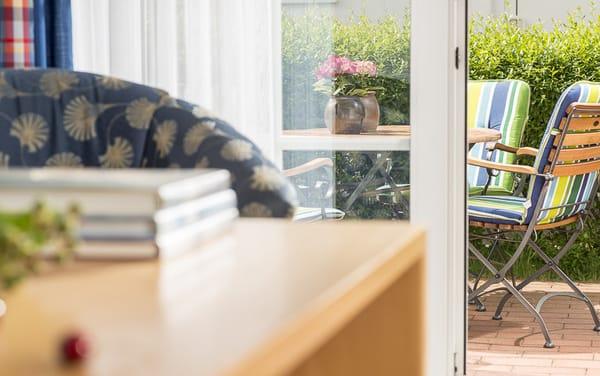 Blick vom Wohnraum zur Terrasse