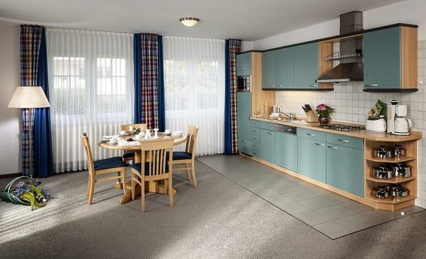 Offener Wohn- und Essbereich mit Küchenzeile