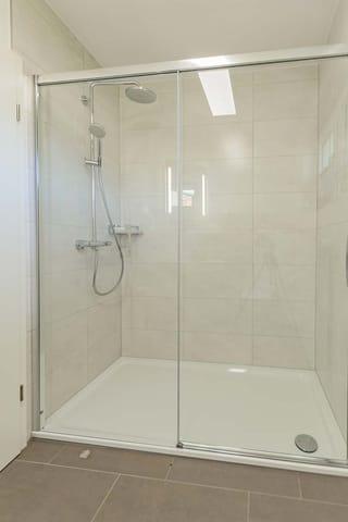 Große und ebenerdige Dusche
