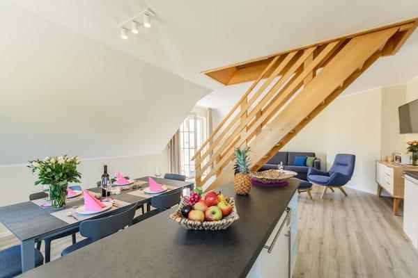 Offener Küchenbereich mit Treppe zur Schlafgalerie