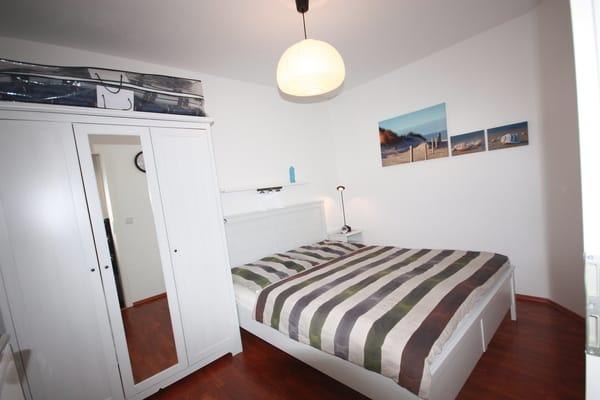 Schlafzimmer Doppelbett und Ganzkörperspiegel