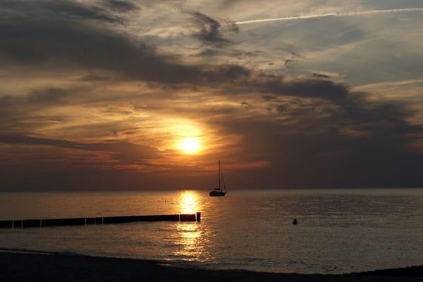 Einen romantischen Sonnenuntergang genießt man am besten mit einem Picknick am Strand