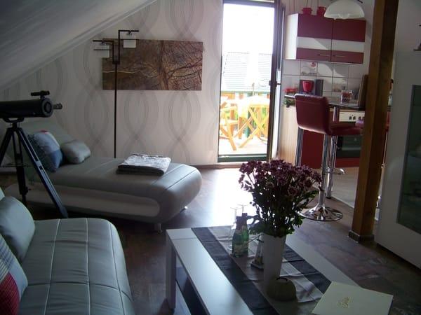 relaxen im Wohnbereich  = ca. 36 qm mit offener Wohnküche, Balkon am Wohnzimmer mit Sitzgarnitur.