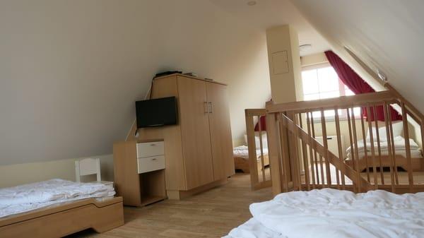 Spitzboden mit gesicherten Fenstern und gesichertem Treppenabgang, TV mit Blu-Ray-DVD-Player
