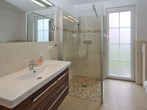 Bad im Erdgeschoss mit 1x1m Dusche, großem Waschbecken, Haarfön, Schminkspiegel,Tür in den Garten