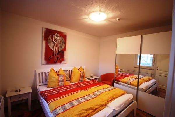 Schlazimmer 1 mit Ganzkörperspiegel