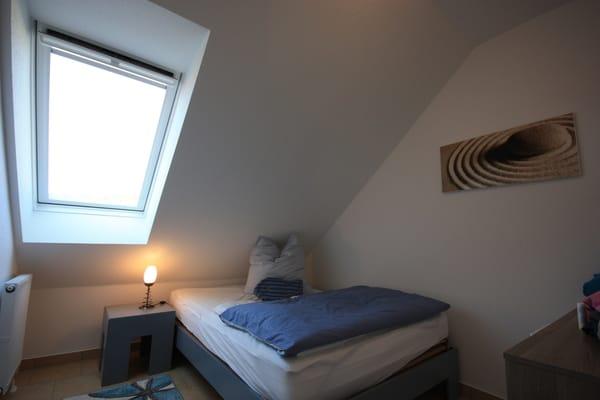 Schlafzimmer mit King-Size-Bett 120cm