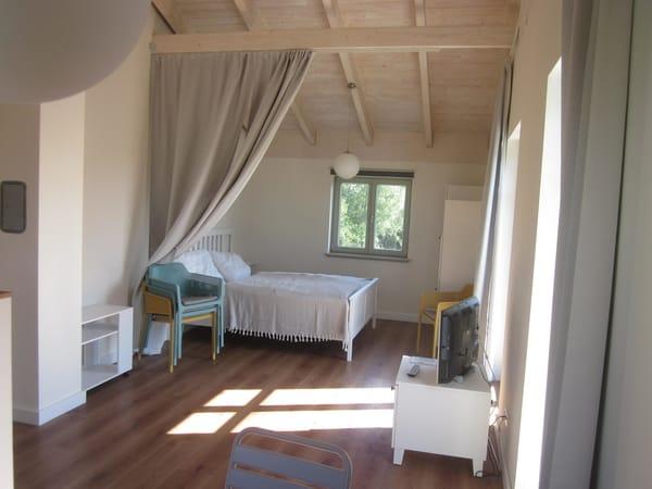 Wohn-/Schlafraum mit Doppelbett