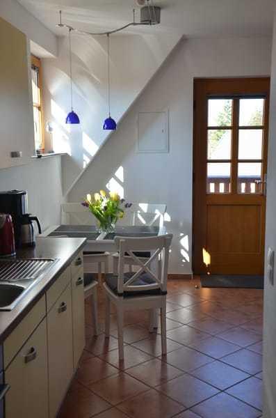 Küche und Tür zum Balkon