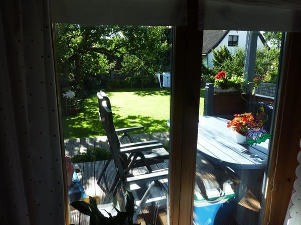 Blick aus dem Wohnzimmer auf die Terrasse