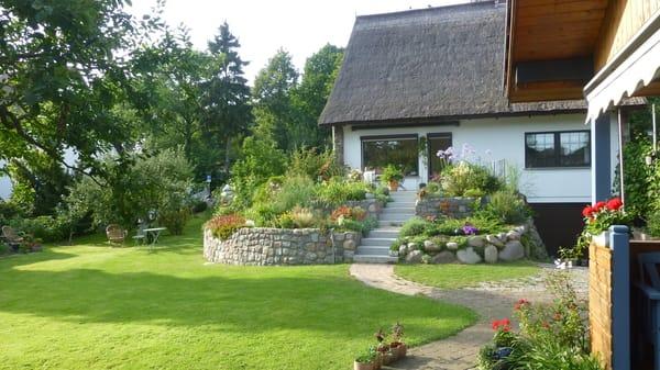Blick auf Wohnhaus und Garten