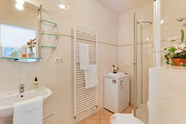 Das Badezimmer ist vom Wohnbereich begehbar und mit Dusche, WC, Haartrockner sowie einer Waschmaschine ausgestattet.