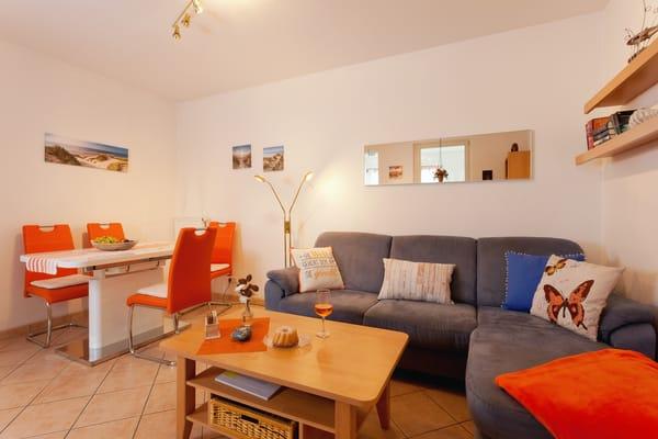 Das großzügige Wohnzimmer mit bequemer Couch (mit Schlaffunktion), Flat-TV und Esstisch für 4 Personen lädt zum gemütlichen Beisammensein ein. Vom Sofa aus genießen ...