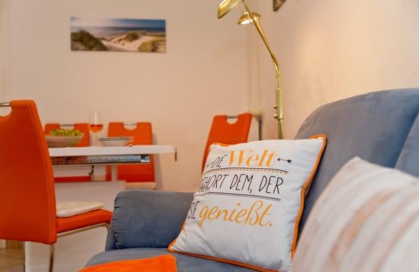 ... Sie Ihre Lieblingsserie oder ziehen Sie sich mit einem spannenden Buch in die angrenzende Loggia mit Couch (mit Schlaffunktion) und zwei Korbsesseln zurück.