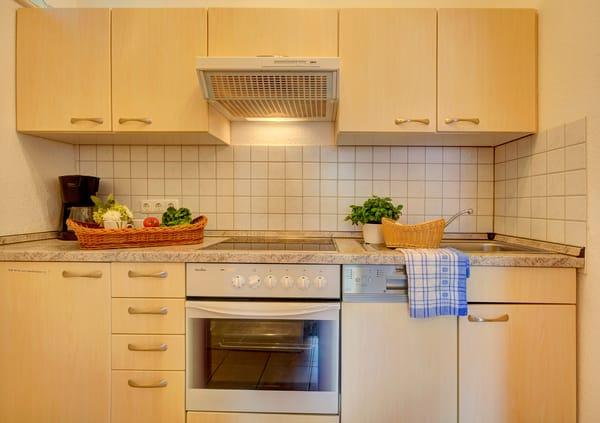 Die separate Küche lässt keine Wünsche offen: Kühlschrank mit Gefrierfach, 4fach-Kochfeld, Backofen, Geschirrspülmaschine, Kaffeemaschine, Toaster und Wasserkocher, Mikrowelle u.v.m..