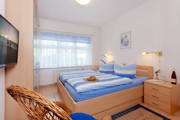 Das freundliche Schlafzimmer verfügt über ein Doppelbett (180x200cm), einen geräumigen Kleiderschrank für Ihr Reisegepäck sowie Flat-TV. Dank der Schlafcouch in der Loggia ...