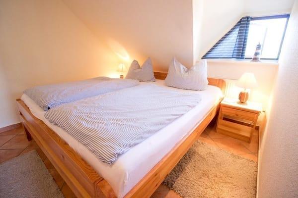 Schlafzimmer mit Echtholzbett 190x200cm, Aufbettung für eine weitere Person möglich auf extra Bett im Schlazimmer