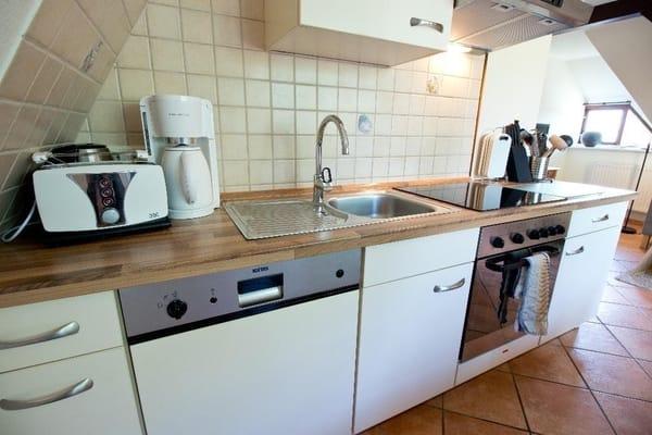 Komplett ausgestattete Küche mit Herd, Backofen, Geschirrspüler, Kühlschrank mit Tiefkühler
