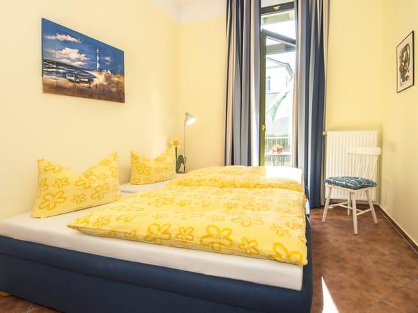 Im freundlich eingerichteten Schlafzimmer erwartet Sie ein bequemes Doppelbett (180x200cm/zwei getrennte Matratzen). Beginnen Sie den Urlaubstag mit frischer Ostseeluft bei einem Kaffee auf dem angren