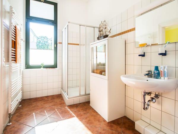 Das großzügige Badezimmer en Suite ist mit Dusche, Waschtisch, Handtuchheizkörper und einem Haarfön ausgestattet.