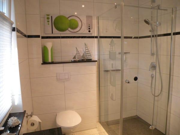 Bodenebene Dusche, viel Ablagefläche und Fenster
