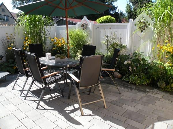 Komplett möblierte, uneinsehbare und windgeschützte Südterrasse. Im Gartenhaus finden Sie Strandliegen, Windschutz, Sonnenschirme, Sandspielzeug, Schaufeln, Bälle und Bollerwagen