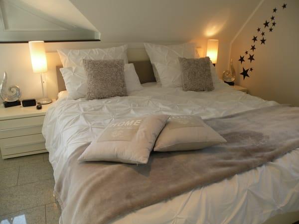 Masterbedroom im 1. OG mit bequemen Doppelbett, getrennte Matratzen mit verschiedenen Härtegraden, Babybett, gut verdunkelbar