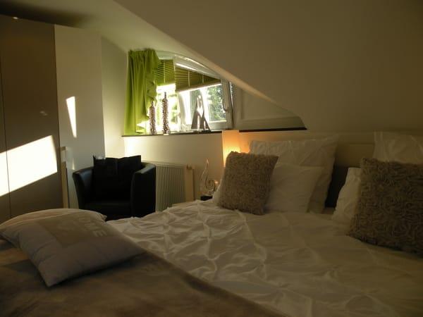 Hoher Schlafkomfort unter Dachschrägen, viel Stauraum, TV, Sessel, Spiegel