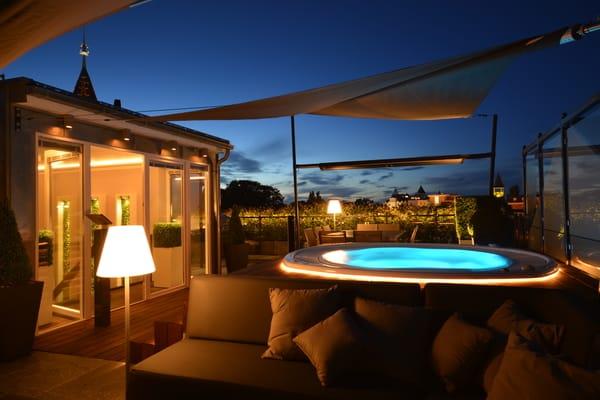 Highlight der Suite ist die atemberaubende Dachterrasse mit Ostseeblick. Erleben Sie Wohnen unter freiem Himmel mit einem ganzjährig beheiztem Whirlpool. Die Dachterrasse verfügt zudem...
