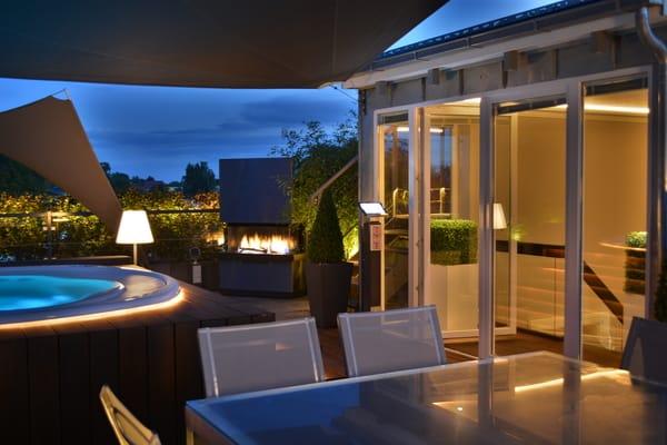 ..zudem über einen beheizten Esstisch für 8 Personen,Outdoor-Gaskamin u. eine XXL Sitzecke m. Sonnensegel. Eine Außendusche u.die Nutzung d. Outdoor-Küche ergänzen den Komfort (Frühjahr-Herbst).