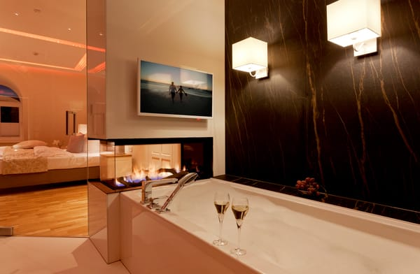 sondern überzeugt ebenso mit einem Gaskamin und einer finnischen Sauna.In der Badewanne genießen Sie entweder das Flammenspiel des Gaskamins oder die TV Serie Ihrer Wahl.