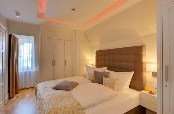 Das zweite Schlafzimmer mit  Doppelbett, TV und Bad en Suite (Dusche, WC) ist ebenerdig und vom Foyer begehbar.