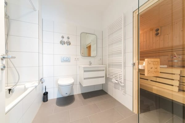 Badezimmer mit Sauna und Badewanne