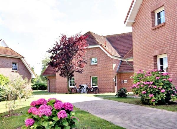 gepflegte kleine Anlage mit vier Landhäusern