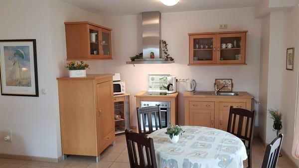 Küchenzeile mit Essecke, Mikrowelle, Toaster, Wasserkocher, Kaffeemaschine