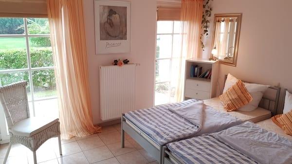 Schlafzimmer mit 2 Einzelbetten und zweiter Terrassentür