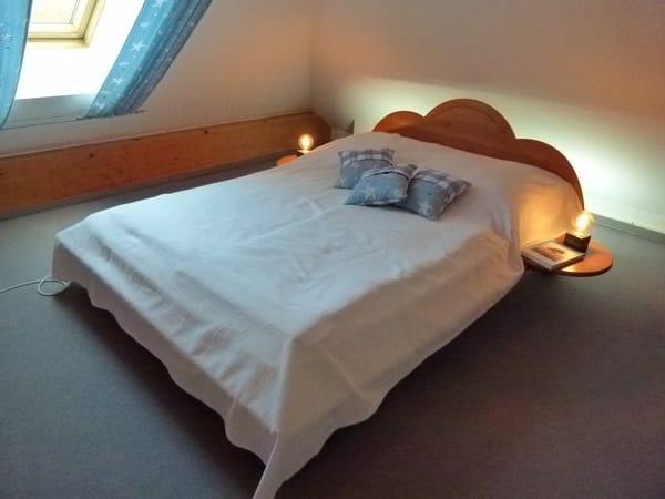Doppelbett in der offenen Galerie