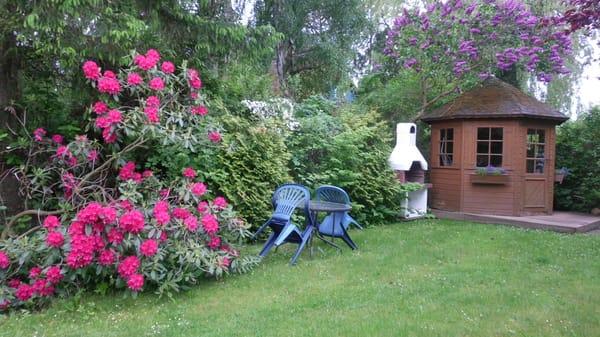 Ihr Grillplatz und im kleinen Häuschen Sitzkissen und Liegestühle