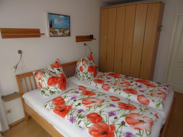 Schlafzimmer mit Bett 1,80x2,00 m