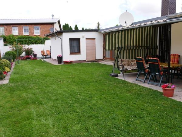 Rasenfläche mit Ferienwohnung 2 im Hintergrund