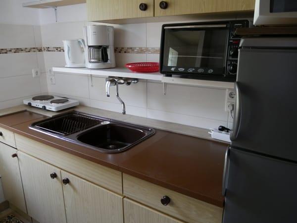 Küche mit Kühlschrank, Tiefkühlaufsatz,Backofen,Mikrowelle,Kaffeemaschine,Doppelkochpla