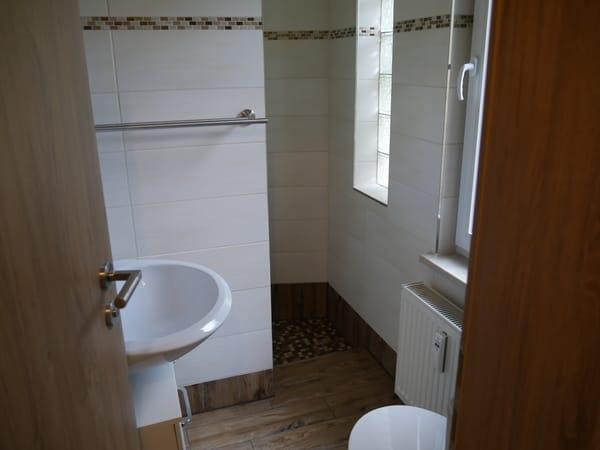 Schönes neues WC mit Dusche, von Küche zu betreten