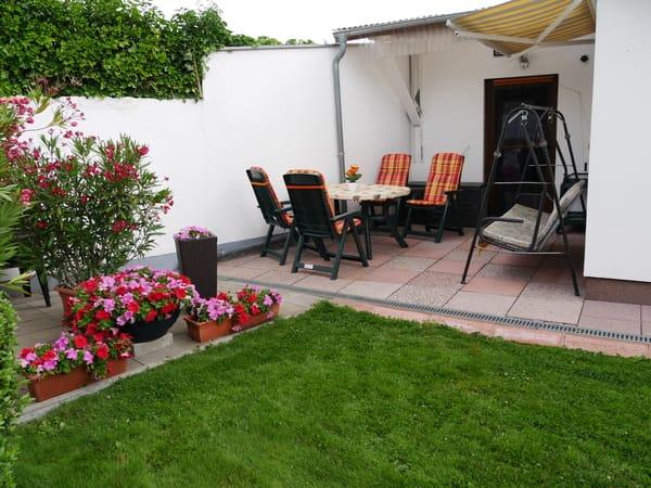 Ferienwohnung 2 mit Terrasse und Sitzgruppe