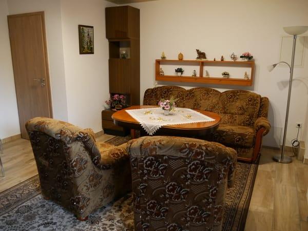 Wohnraummit schönem Fliesenboden, links die Tür zur Küche