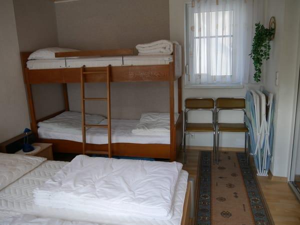 1 Schlafraum mit Doppelbett, Etagenbett und Reisekinderbett