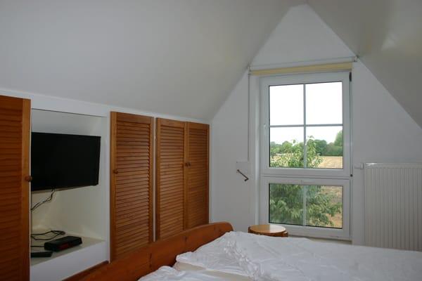 Schlafzimmer mit Blick aufs Feld